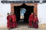 Mönche vor einem kleinen Kloster in Punakha