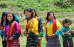 Frauen auf dem Weg zum Festival in Paro