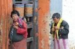 Frauen beim Jambay Kloster