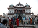 Pilger vor dem Janaki Tempel