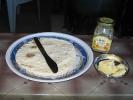 Fladenbrot mit Butter und Honig