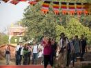 Pilger rund um die Maya Devi Tempelanlage